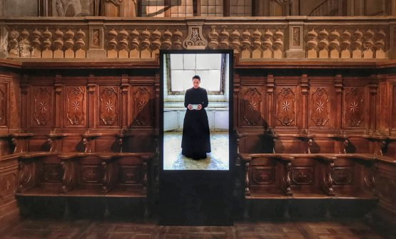 """Un'immagine della video performance """"Holding The Milk"""", in mostra nel Coro della Maddalena di Alba"""