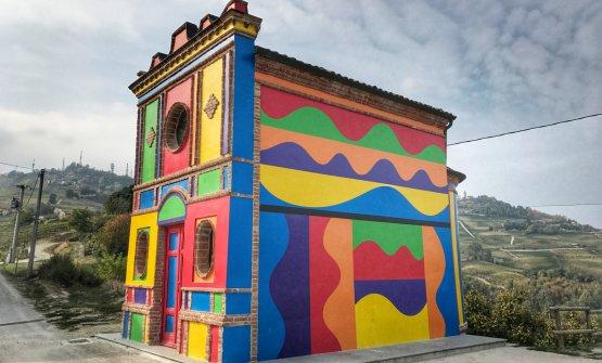 La famosa Cappella del Barolo, che si trova nel Vigneto Brunate a La Morra, nasce dalla collaborazione, nel 1999, tragli artisti Sol LeWitt e David Tremlett. I duehanno reinterpretato il rudere di una Cappella costruita nel 1914, acquistata dalla famiglia Ceretto nel 1970 assieme a 6 ettari del prestigioso terreno