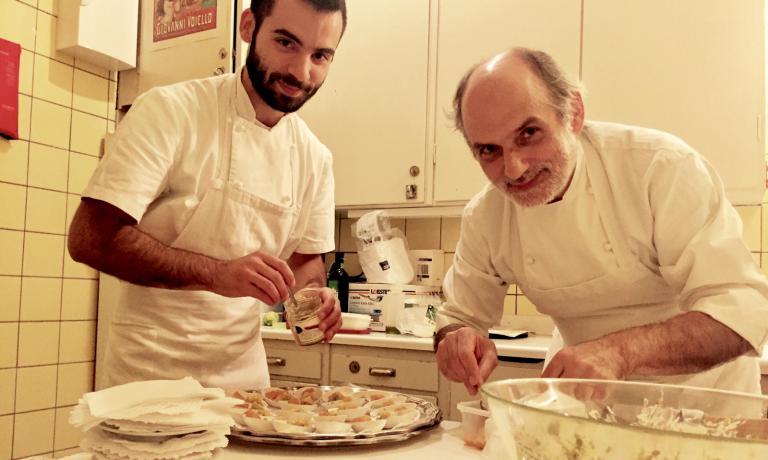 Con il figlio Francesco, mentre prepara piccoli assaggi di Pesche sciroppate con cuturro di grano duro al pistacchio di Bronte e marmellata di arance all'Istituto Italiano della Cultura