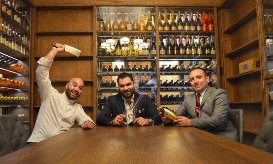 Alberto Tasinato tra lo chef Davide Puleio, a sinistra, e il responsabile del lounge bar e del ristorante Valerio Trentani. Il patron de L'Alchimia, nato a Ivrea nel 1985, prima del Setaè statoalTrussardi alla ScalaconAndrea Berton, alPlateaudi Londra, alPellicanoconAntonio Guida, alV PianoconMatteo Torretta