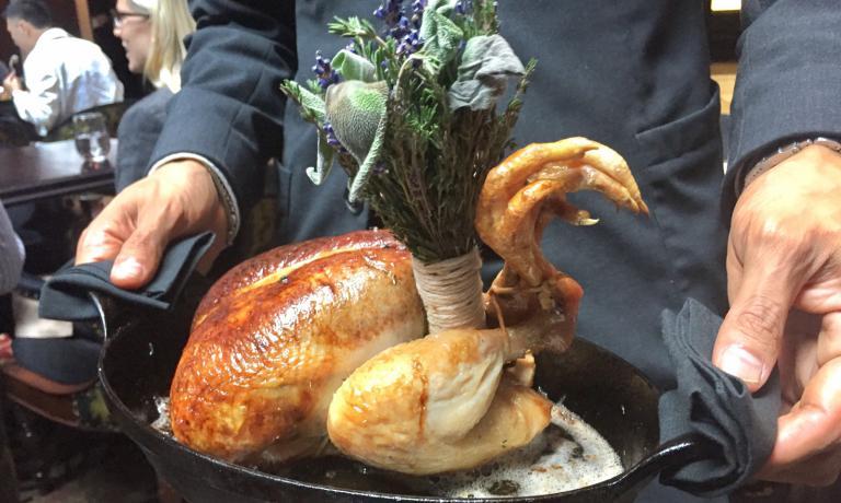 Pollo arrosto con foie gras e tartufo, la magistrale pietanza per due persone servita al Nomad di Manhattan. E' il picco della nostra trasferta americana, 10 giorni tra Chicago e New York a caccia di ristorantie piatti emozionanti