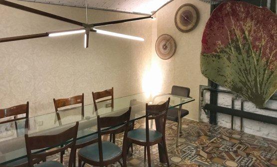 La sala al piano di sotto, con un unico lungo tavolo