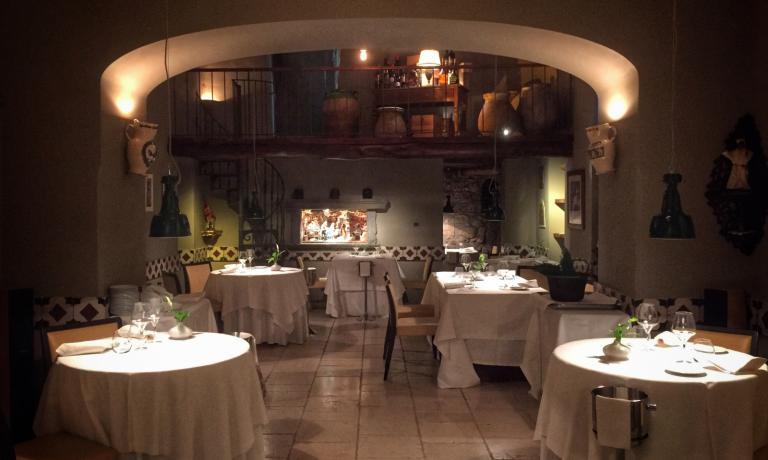 Nuova veste per la sala dell'Antica Osteria Nonna Rosa di Vico Equense (+39.081.8799055), per un ristorante che da tempo coniuga in modo efficacela cucina tradizionale con la sua controparte innovativa. In cucina, tra le novità, un menu degustazione tutto dedicato alla pasta. Peppe Guida è tra i relatori di Identità di Pasta, martedì 8 marzo a Milano