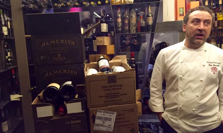 Lo chefLino Scarallonella cantina della nuova sede diPalazzo Petrucci, sul lungomare diPosillipo aNapoli, inaugurata nel gennaio scorso