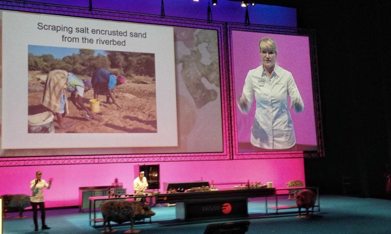 La cuoca Sudafricana Margot Janse durante la sua presentazione ha raccontato la storia del sale di Baleni