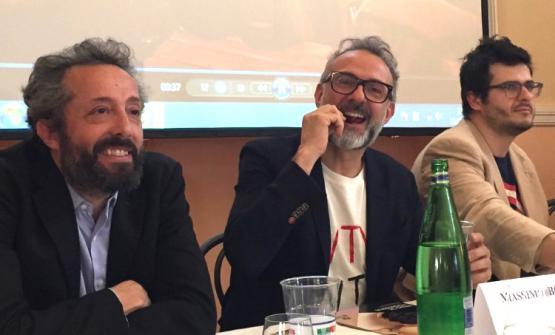Massimo Bottura questa mattina a Milano tra il responsabile del Mercato Al MèniCarlo Catani ed Enrico Vignoli, coordinatore dell'evento e segretario regionale di Chef to Chef Emilia Romagna