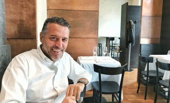 Giancarlo Perbellini seduto a uno dei tavoli della sua nuova Locanda Perbellini a Milano, poco prima dell'arrivo dei clienti