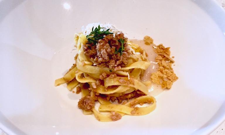 Tagliatelle Felicetti con ragù di capretto e crema di polenta bianca, il piatto realizzato da Gaspari per Identità di Pasta