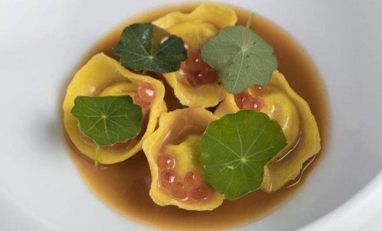 Ravioli, trippa, dashi di astice, uova di salmone selvaggio
