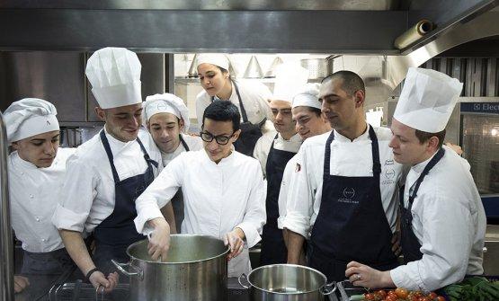 La chef Gaia Giordano con la sua brigata (tutte le foto sono di Matteo Carassale)