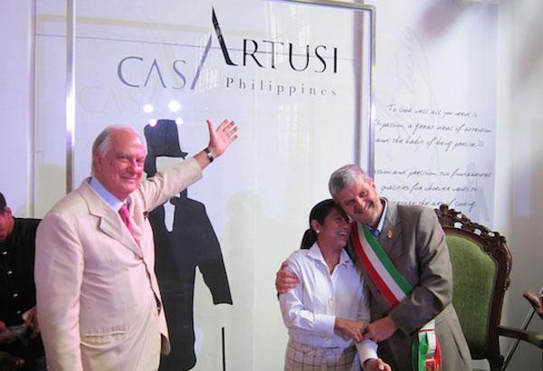 """Margarita """"Gaita"""" Forés all'inaugurazione di Casa Artusi Philippines, abbracciata dal sindaco di Forlimpopoli, Paolo Zoffoli, mentre l'ambasciatore italiano Luca Fornari esulta. Era il giugno 2012, Casa Artusi Philippines ha iniziato le proprie attività nel gennaio 2013"""