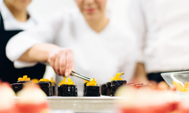 Maria Di Fusco mentre prepara una delle sue prelibatezze. È la pastry chef dell'Excelsior Gallia di Milano