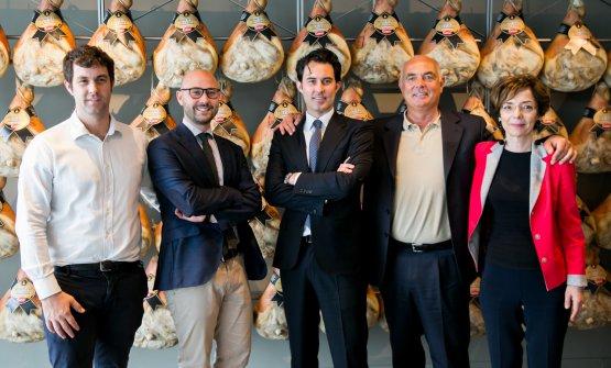 Francesco, Luca eFederico, da sinistra nella foto, rappresentano la nuova generazione della famiglia Galloni. Qui con Carlo - il presidente - eMirella, responsabile dello sviluppo del mercato estero