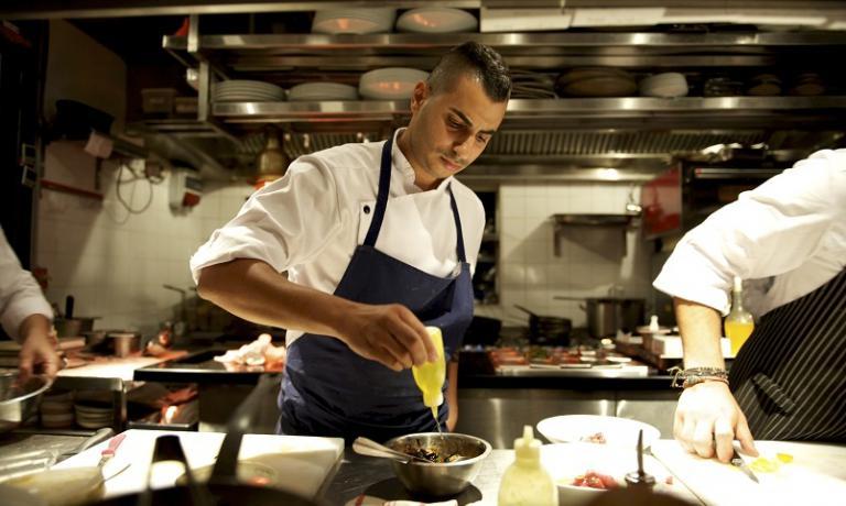 Il giovane chef Guy Gamzu di Aria: la sua cucina rappresenta al meglio la multiculturalità che pervade Tel Aviv