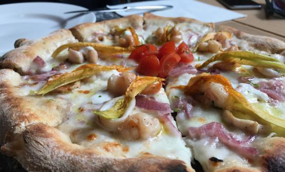 La pizza con gamberi, calamari, cipolla, fiori di zucca e zest di lime