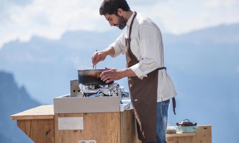 Riccardo Gaspari, chef e titolare del Brite a Cortina d'Ampezzo in provincia di Belluno. Lui e Franco Aliberti cucineranno assieme sabato 30 luglio, un menù a quattro mani chiamato «9 buche» perché i due si sono ispirati alle buche del campo da golf cortinese. Il tutto al Faloria Mountain Spa Resort di Stefano Pirro in località Zuel di Sopra.
