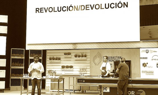 Matias Perdomo, of Contraste in Milan, on the stage of Gastronomika 2018. In the background, to the right, Simon Press, chef and partner