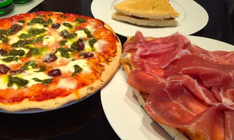 Le tre proposte di Gatti a Identità di Pizza: da sinistra, la pizza Viaggio a Recco, in alto il chisolino Parmigiana e l'altra pizza LaValtaro