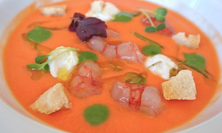 Gazpacho di pomodoro, ricotta affumicata e taralli di Agerola, ottimo piatto di Andrea Migliaccio, chef  chef del ristorante L'Olivo dell'hotel Capri Palace di Anacapri