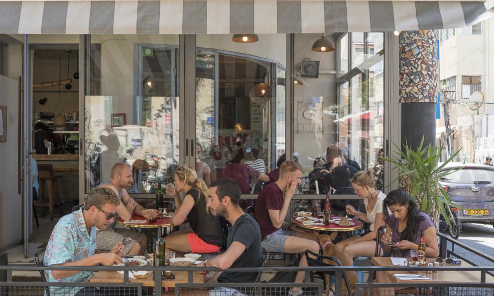 I commensali delGedera 26,perfetto esempio dimelting pot israeliano: lo chef Amir Cronenberg è di padre svedese e madre israeliana-irachena. In cucina, influenze scandinave, francesi e arabe
