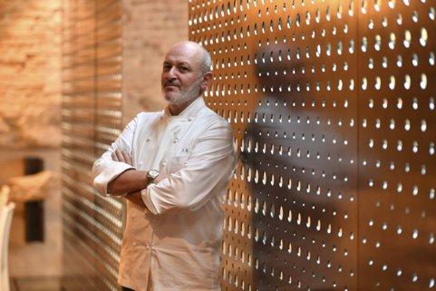 Lochef Alessandro Bredaall'interno del suo ristorante Gellius