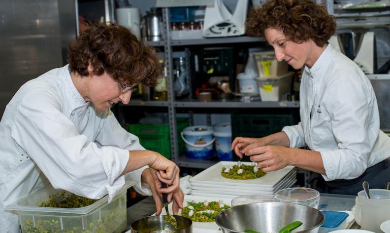 Manuela (a sinistra, con gli occhiali) e Daniela Cicioni, sorelle gemelle, al lavoro durante la prima edizione di The Vegetarian Chance il 22 giugno al Joia di Pietro Leemann a Milano. La foto è di Giovanni Panarotto