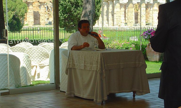 Gennaro Esposito parla nel corso della terza edizione delle Strade della Mozzarella, quella del 2010, ospitata come le due precedenti all'interno del Parco Archeologico dei Paestum, proprio dove quest'anno, doemnica 17 aprile, si terrà la festa di benvenuto