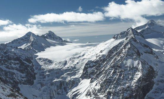 L'imponente ghiacciaio Presena,circa 4 kilometri a sud del passo del Tonale