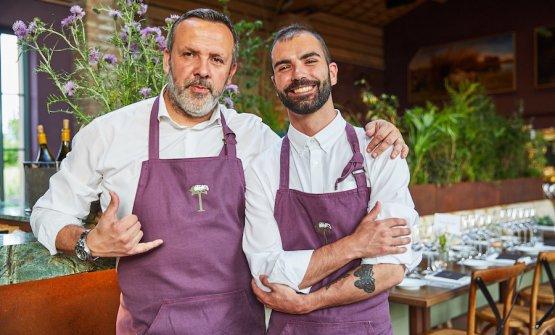 Giacomo Baccelloni, a destra, con Riccardo Grechi, restaurant manager dell'Osteria del Tasso della famiglia Antinori a Bolgheri
