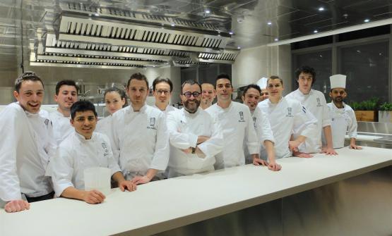 La brigata del nuovo ristorante Giancarlo Morelli: al centro lo chef, alla sua sinistra il resident Livio Pedroncelli, mentre penultimo in fondo è Giacomo Morelli, figlio d'arte (foto Tanio Liotta)