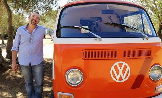 Gianfranco Cammarata, proprietario dell'enoteca Arrè Gusto di Palermo,a bordo di un Volkswagen T2 arancione degli anni '60 sta viaggiando sulle strade della Sicilia lungo i percorsi del vino