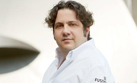 Il pasticcere originario di Abbiategrasso Gianluca Fusto collabora stabilmente con Valrhona da 17 anni. E' stato il primo pastry chef non francese a entrare nella squadra dell'azienda transalpina