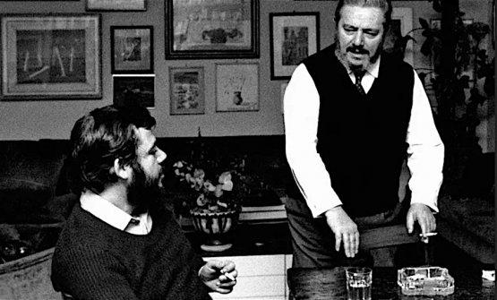 Gianni Mura con il suo maestro Gianni Brera, a destra in piedi