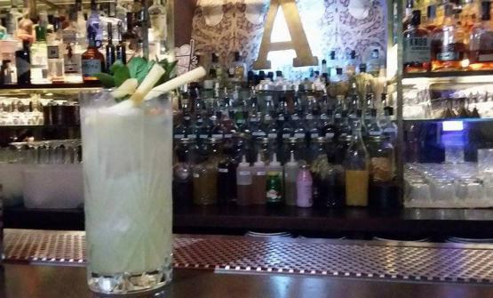 Gin Gin Mule: gin, succo di lime, sciroppo di zenzero, menta fresca, top di acqua sodata – twist sul moscow mule