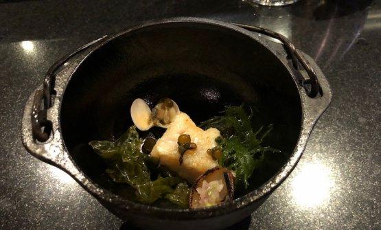 Gindara: black cod, riduzione di sudado, alghe. Un black cod dalla cottura perfetta con alghe e una salsa molto delicata e cremosa che ne esalta il sapore. Il sudado è una sorta di zuppa di pesce