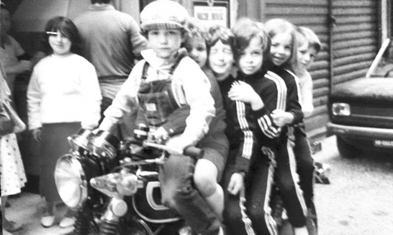 Gino Sorbillo, col cappellino, in una foto del 198