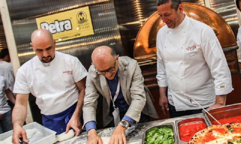 Il maestro pizzaiolo Giuseppe Acciaio ha creato il format Pizzerie Gourmet per diffondere la pizza contemporanea di qualità. L'articolo di Tania Mauriper la newsletterIdentità di Pizza(per leggerla regolarmente,iscriversi gratuitamente qui)