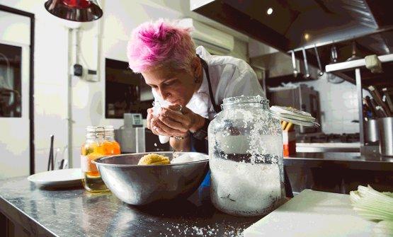 Cristina Bowerman nella cucina della sua Glass Hostaria