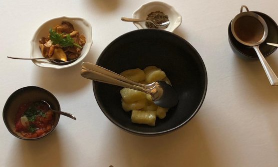 Gnocchi di patate, concassè di pomodoro all'italiana, pecorino, pepe nero, giallarelli, zucchero di canna al pino e cannella. La ricetta per l'autunno di Paolo Lopriore