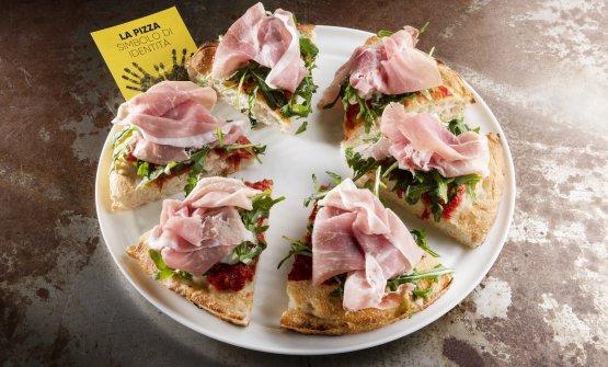 Golosa, pizza contemporanea con pomodorino del Piennolo del Vesuvio, burrata pugliese, crudo di Parma 18 mesi, rucola selvatica, olio evo