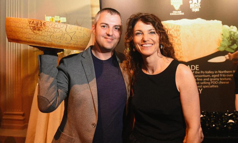Elisabetta Serraiotto e lo stand del Consorzio del Grana Padano alla ceriomonia di premiazione a New York. Copyright The World's 50 Best Restaurants