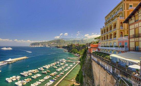 L'affaccio sul Tirreno e sul Vesuvio delGrand Hotel Excelsior Vittoriadi Sorrento (Napoli). Il ristoranteTerrazza Bosquetè passato di recente dalla regia diLuigi Tramontano a quella diAntonino Montefusco