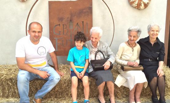 I Cera davanti davanti al forno Sanmarco, il loro forno in via Lungo Iana 10 a San Marco in Lamis, telefono +39.393.0426463. Da sinistra verso destra: Antonio Cera e suo figlio Michelangelo, quindi zia Maria, zia Gaetana detta Tanella, e Rachele, per tutti Lina, la mamma. Le tre sorelle compiranno l'anno prossimo 250 anni. Adesso hanno infatti rispettivamente 89, 85 e 73 anni