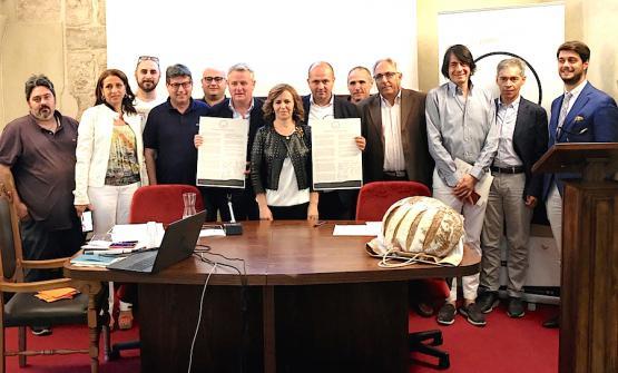 Foto ricordo, lunedì 19 giugno a San Marco in Lamis, alla presentazione del Manifesto futurista del pane. Al centro la senatrice Colomba Mongiello, membro della nona commissione permanente Agricoltura e Produzione agroalimentare