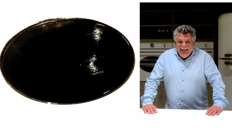 Zuppa nera d'inchiostro di seppia, con un'anima alla barbabietola e sentori di zenzero: piatto firmato daLefteris Lazarou, del Varoulko al Pireo (foto Passera)