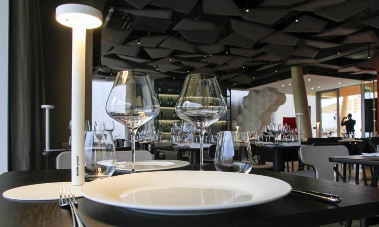 Un dettaglio della lampada Tetatet nel temporary restaurant di Identità Expo