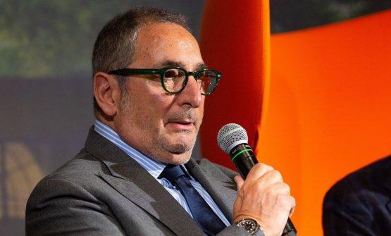 Paolo Lorenzoni fotografato sul palco di Identità