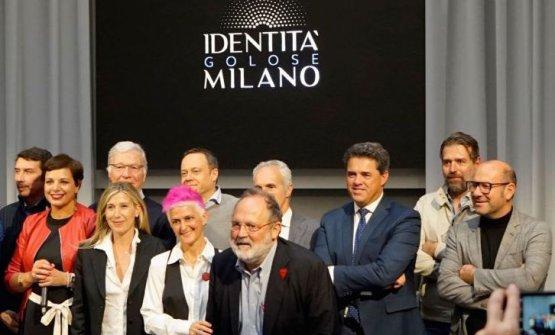 Foto di gruppo al termine della firmadel protoco