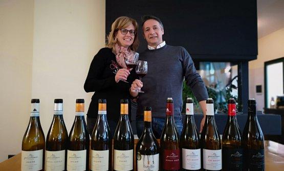 Gianni Tessari e la moglie Anna Maria con una selezione dei vini dell'azienda