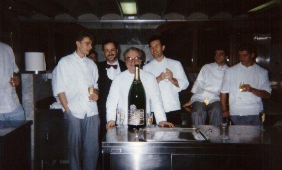 Foto ricordo nelle cucine di Bonvesin de la Riva a Milano per Carlo Cracco, sulla sinistra rispetto a Gualtiero Marchesi, giusto un passo indietro